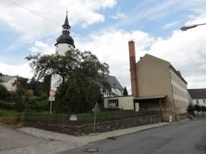 Kirche und Schule von der Straße aus
