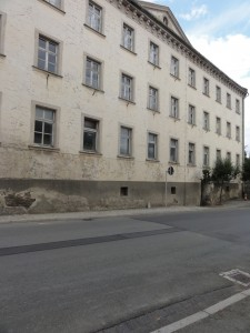 Die Schule von der Straße aus